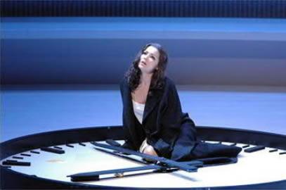 Anna Netrebko in der Traviata (Salzburg 2005) - Für die Autoren der Manipulierten Oper ein negatives Beispiel für Regietheater (c) ORF